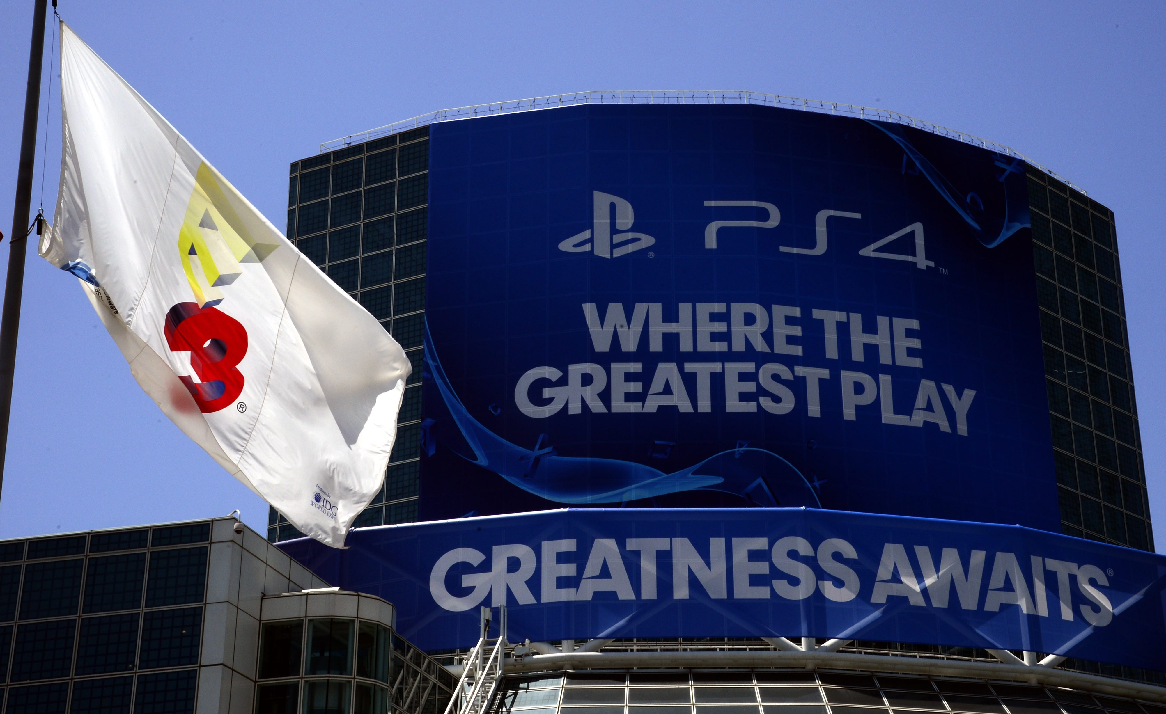 epa04247259 The E3 flag flies over the Convention Center 09 June 2014 where the E3 (Electronic Entertainment Expo) will get underway in Los Angeles, California, USA, 10-12 June 2014. The E3 expo introduces new games and gaming devices and is an anticipated annual event among gaming enthusiasts and marketers. EPA/MICHAEL NELSON ** Usable by LA, CT and MoD ONLY **